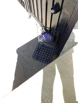 Вид на железный стул сверху