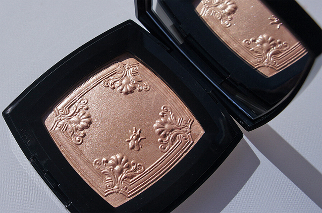Chanel's Mouche de Beauté Illuminating Powder
